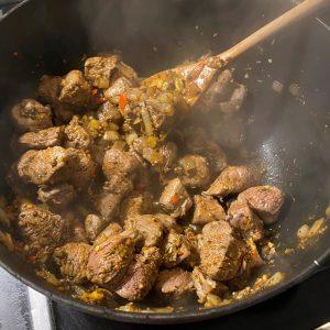Anbraten - Lammfleisch einmischen
