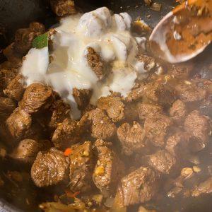 Anbraten - Joghurt und Lorbeer dazugeben